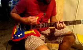 レゴでできたギター、実際に弾けます!