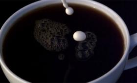 贅沢な時間の使い方。コーヒーにクリームを落とした瞬間をスローモーションで見てみるとか