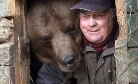 孤児となったヒグマを世話することに人生を捧げたフィンランドのクマおじさん
