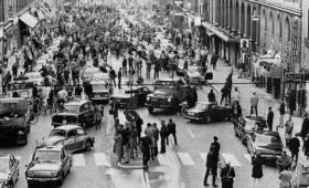 ある日突然左側通行が右側通行に変わる。歴史に名を遺す大規模社会実験となったスウェーデンの「ダゲン・H(右側通行の日)」