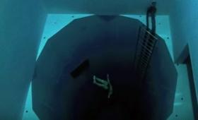 底が見えなくて怖い!水深34.5メートルのプールに酸素ボンベなしで沈んでいく映像