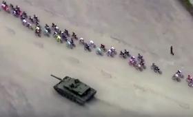 牧歌的、なのか?自転車レース中に戦車が参戦(ノルウェー)