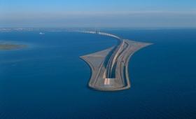 海に吸い込まれていく感覚を味わえる、デンマークとスウェーデンを結ぶ海底トンネルとつながった「エーレスンド橋」
