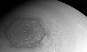30年間天文学者を悩ませ続けた「土星の六角形の渦」の謎が解明(米研究)