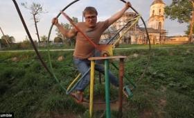 これどんな拷問器具?ロシアの公園にある遊具が命の選択を迫られるものだった
