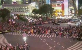 【速報】渋谷駅カオス!ハロウィンで完全に制圧される!DJポリスもただの「DJ」になってしまう!