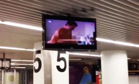 ポルノ映像が国際空港の手荷物受取所のモニターでガッツリ流れる事態が発生