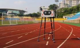 中国のかわいいロボットがトコトコ世界記録を達成