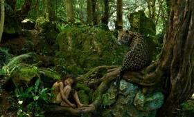 動物と同じ環境で育った13人の子供たちのリアルな物語とそれをイメージした写真「野生児たち(Feral Children)」