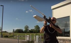 不法侵入してくるドローンを撃墜せよ!銃に装着するだけ。対ドローン光線銃デバイス「バテル・ドローンディフェンダー」