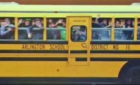 窓際のおばあちゃんがいない!いつも見守ってくれたおばあちゃんにスクールバスの子どもたちからのサプライズ