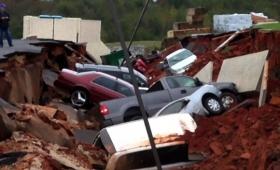 ファミレスで飯食ってたら突如駐車場が陥没、車12台以上が飲みこまれる(アメリカ)