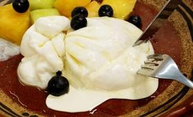 できたてモッツァレラの巾着から濃厚でリッチなクリームがこぼれ出る至福の食べ物「ブッラータ」試食レビュー