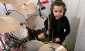 6歳の少女がAC/DC、ガンズ、ビートルズをドラムカバー!