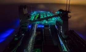 この軍艦は海ではなく、星間雲の中を突き進んでいる。そう思わずにはいられない、幻想的なショット