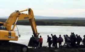 洪水で橋が崩壊!でも大丈夫、重機が2台あればいい。ロシア式川を渡る方法