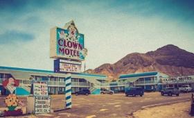 度胸試しに最適すぎた!墓地の横にあるピエロで埋め尽くされたホテル「クラウン・モーテル」(米ネバダ州)