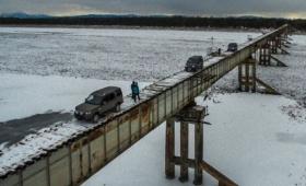 ガードレール一切なし!凍り付いた狭い枕木の上を命がけで渡る、ロシア「クアンディンスキー橋」