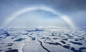 【神秘過ぎ】マジかよ!北極では「凍った白い虹」が現れるらしい!虹も凍るの?