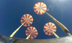 SpaceXが宇宙飛行士を地球に無事帰還させるため開発中のカプセル減速用パラシュートの落下試験を公開