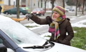 車のフロントガラスから霜を素早く取る方法