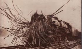 機関車トーマスの苦労がわかる。蒸気機関車の度し難い事故の状況を今に伝える記録写真
