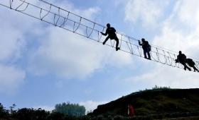 行きも帰りもヨイヨイできない!床板のない恐怖の吊り橋(中国)