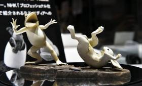 これで「鳥獣戯画」を自宅でもリアル再現可能、蛙と兎のフィギュアが登場