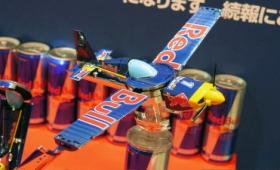 レッドブル缶が本当に翼をさずかって完全変形してエアレース機になる「Red Bull 変形飛行機(仮)」