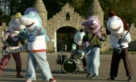 半サメ人によるバンド「Sharky Sharky」がかわいくて強そう