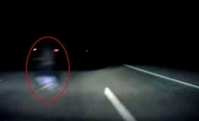 ちょっと通りますよっておい!闇に包まれた道路を横切る謎の白いヒトガタ物体