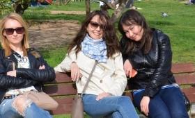 【不思議過ぎ】どーなってんだこれは!美女が3人でベンチに座るだけの謎画像が大盛り上がり