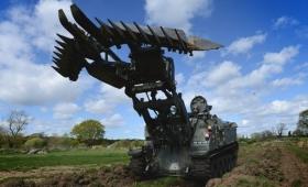 これぞ戦車版十徳ナイフ。地雷撤去や塹壕掘り、障害物の撤去や水中走行まで何でもこなす遠隔操作型車両「テリア」