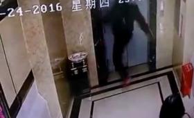 【衝撃映像】エレベータの待ち時間にキレた客、ドアを蹴り破り下に落ちる