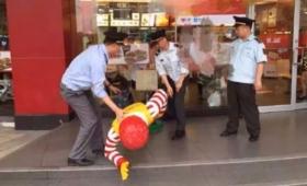 マクドナルドのドナルド、中国都市管理局員に連行される
