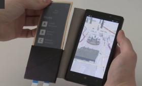 折り曲げ自由自在な電子ペーパーディスプレイをスマホカバーにした「FlexCase」が超絶便利