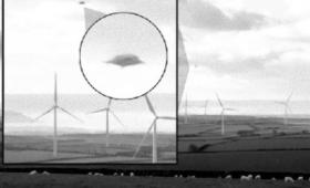 ポーランドの風力発電用の風車に近づきその動きを一瞬止めたオーブ状の飛行物体
