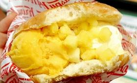 ドーナツの間に濃厚なアルフォンソマンゴーのジェラートを挟み込んだ「クール クリスピー サンド マンゴー&バニラ with パイン」をクリスピー・クリーム・ドーナツで食べてきた