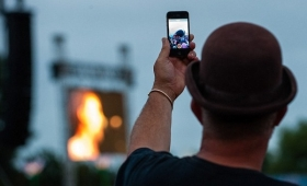 【悲報】映画泥棒終了!iPhone、コンサート会場でカメラが無効化する技術が導入されるかも!無断撮影ができなくなる!