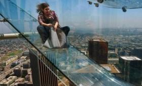 正気かよ!高さ305m、高層ビルの側面に全面ガラス張りの滑り台が設置される。