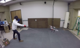 スタンフォード大の研究者が作り上げた「フェンシングの剣を事前に避けるドローン」