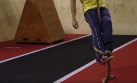災害時に役立つかもしれない、もっとも効率的にロープを登る方法