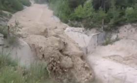【怖すぎ】無理ゲー過ぎ!土石流の本当の怖さが分かる映像が話題に!これは逃げられないわ。