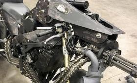 アクセルを吹かすとガトリング銃が炸裂するマッドマックスの「インターセプター」なオートバイ