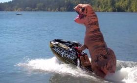 ティラノザウルスが宙に舞う!軽快な身のこなしでジェットスキーで回転技を連発!