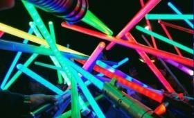 【想いよ永遠に】スターウォーズ・レイア姫の追悼式!色とりどりのライトセーバーを持ったファンが大集合