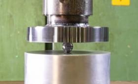 本当は存在しないウルヴァリンの爪の合金「アダマンチウム」を液圧プレスでペチャンコにするとこうなる