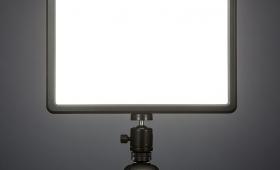 写真にも動画にも。色温度が変えられるパネル型LEDライト