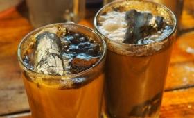 コーヒーに真っ赤に燃えた炭をジュワッ!インドネシア名物の木炭コーヒー「コピ・ジョス」
