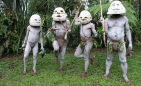 怖いだろ?これ亡霊なんだぜ。パブアニューギニアの部族「マッドマン」(泥人間)のいで立ち
